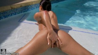 Glamorous brunette gal Ann Marie Rios masturbates in the pool